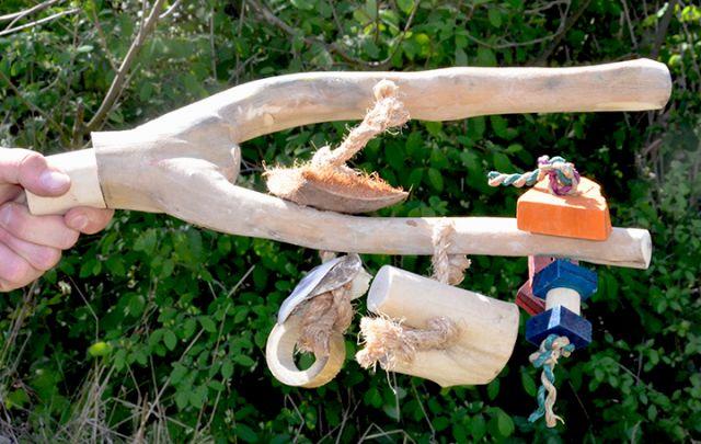 Java Kletter- und Sitzstange XL für Papageien mit Spielzeug aus Kaffeeholz