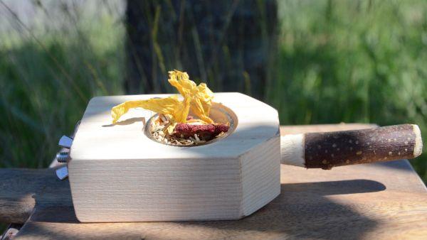 Kleiner Futternapfhalter aus Buchenholz mit Sitzstange